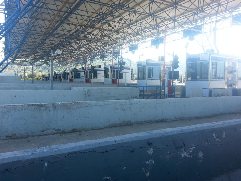 Eine Raubritterburg aus lauter Kassenhäuschen. Eine Mautstation auf der Autobahn Athen - Thessaloniki.