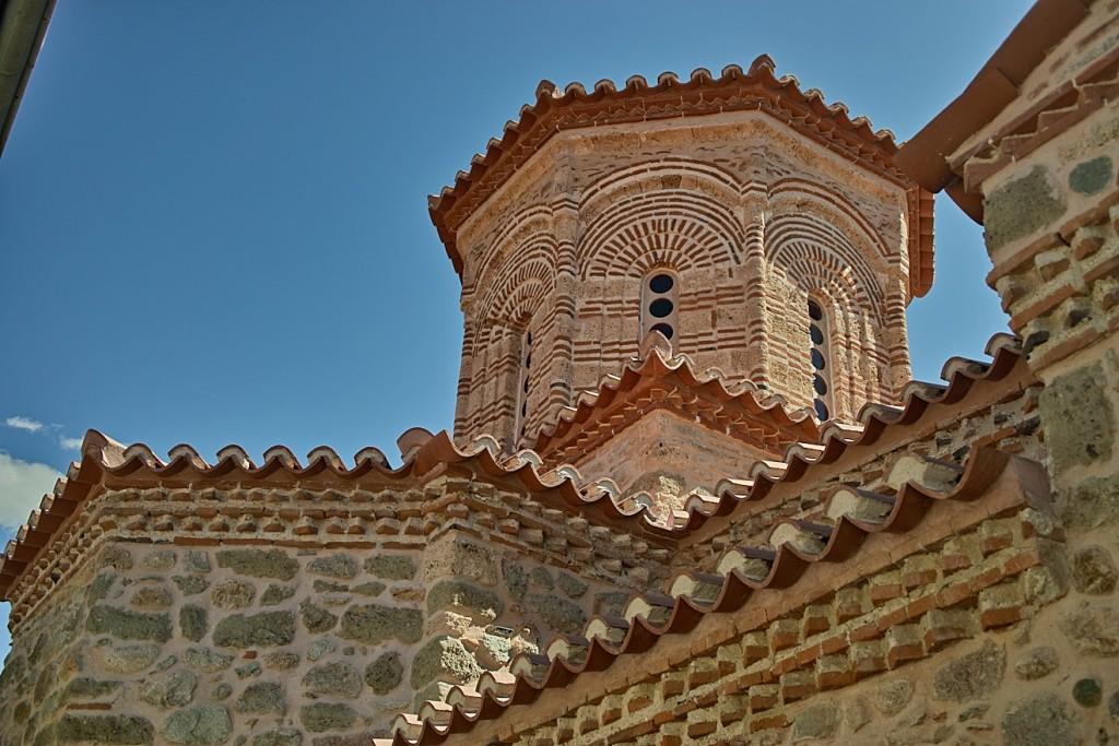 Klosterkirche von Varlaam. Zwei kleine Kreuzkuppelräume hintereinander, der eine 14, der andere 15. Jahrhundert. Es gibt keine Fotos aus dem Innenraum, denn fotografieren ist sowohl verboten, als auch unmöglich, in dem Gedränge.