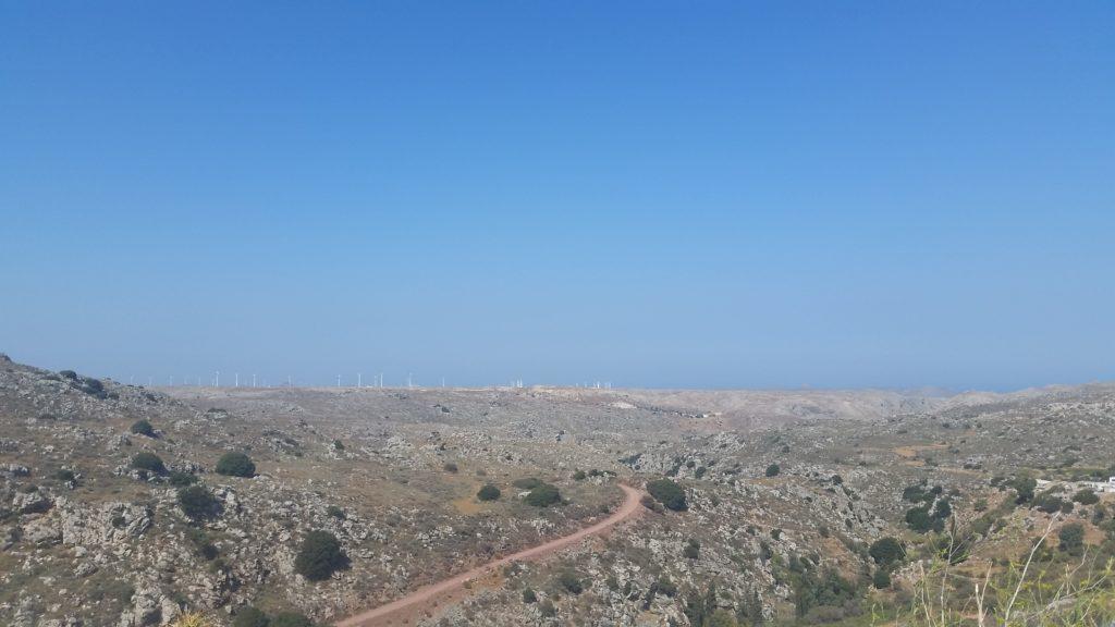 Marslandschaft mit Windkraftanlagen am Horizont