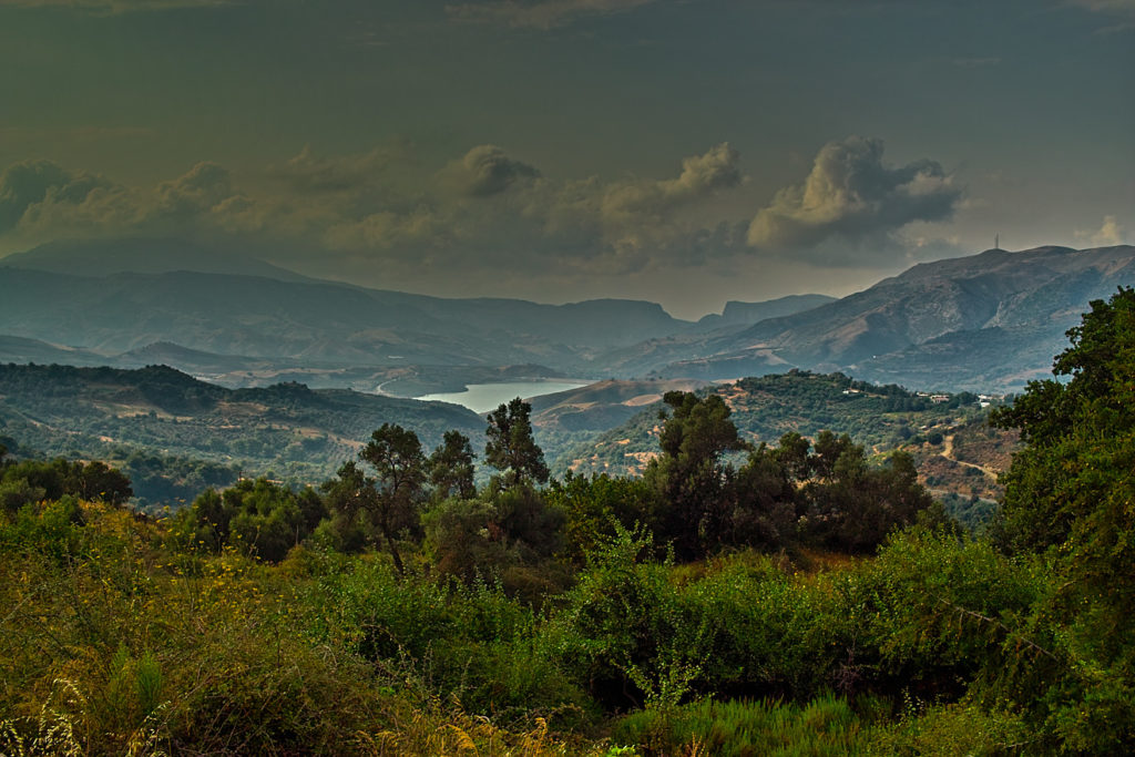 Blick von der Straße nach Myrthios in Richtung Norden auf die Talsperre von Amoudia