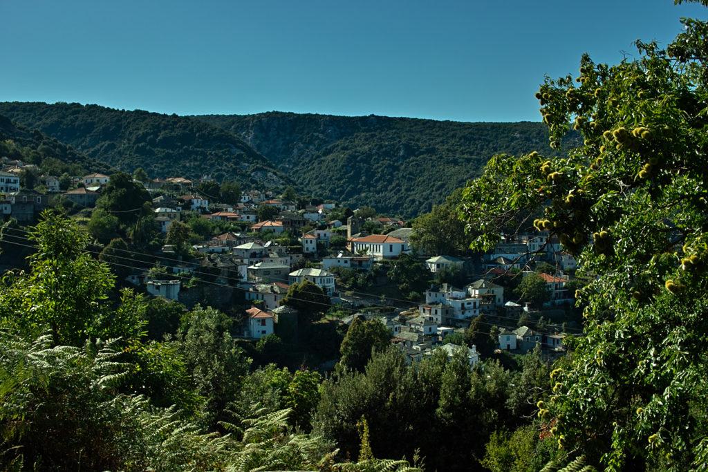 Dort oben liegt der Ort Keramidi am Fuße des Pilion