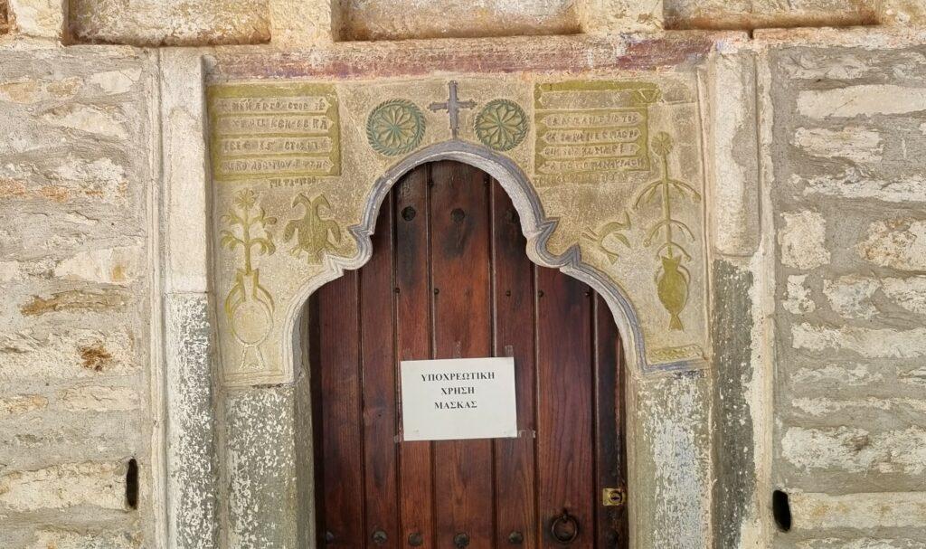 Nicht alle Kirchen wehren sich gegen Corona-Maßnahmen: an dieser Kirchentür wird ausdrücklich auf die Maskenpflicht hingewiesen.