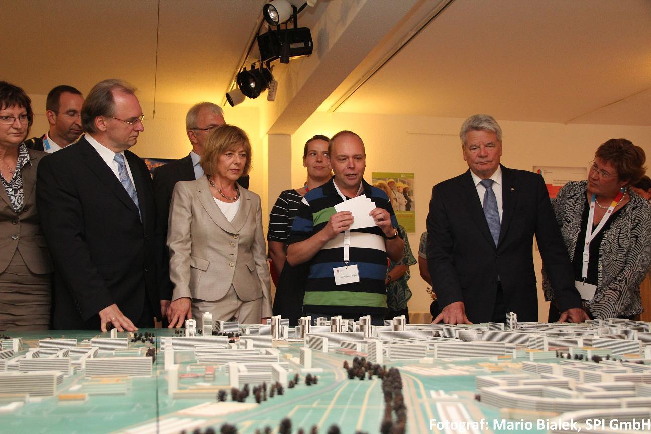 Bundespräsident Joachim Gauck schaut sich das Neustadt-Modell der Geschichtswerkstatt an