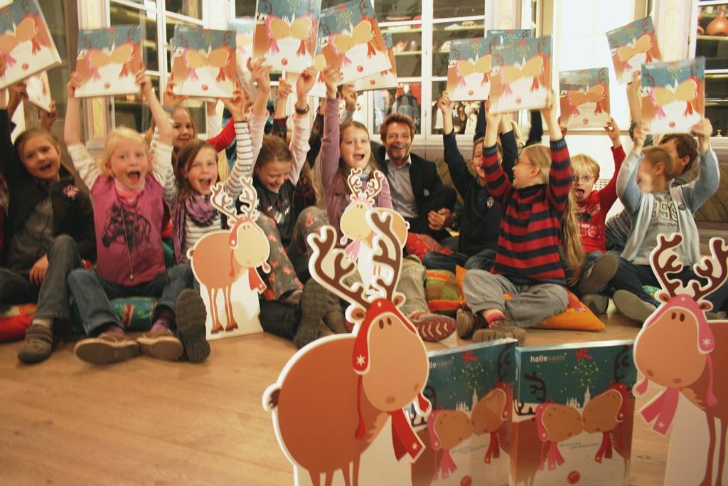 Grundschulkinder der Montessori-Schule Halle freuen sich über die neuen Finni- u. Rudi-Adventskalender2_Foto Stadtmarketing Halle (Saale)