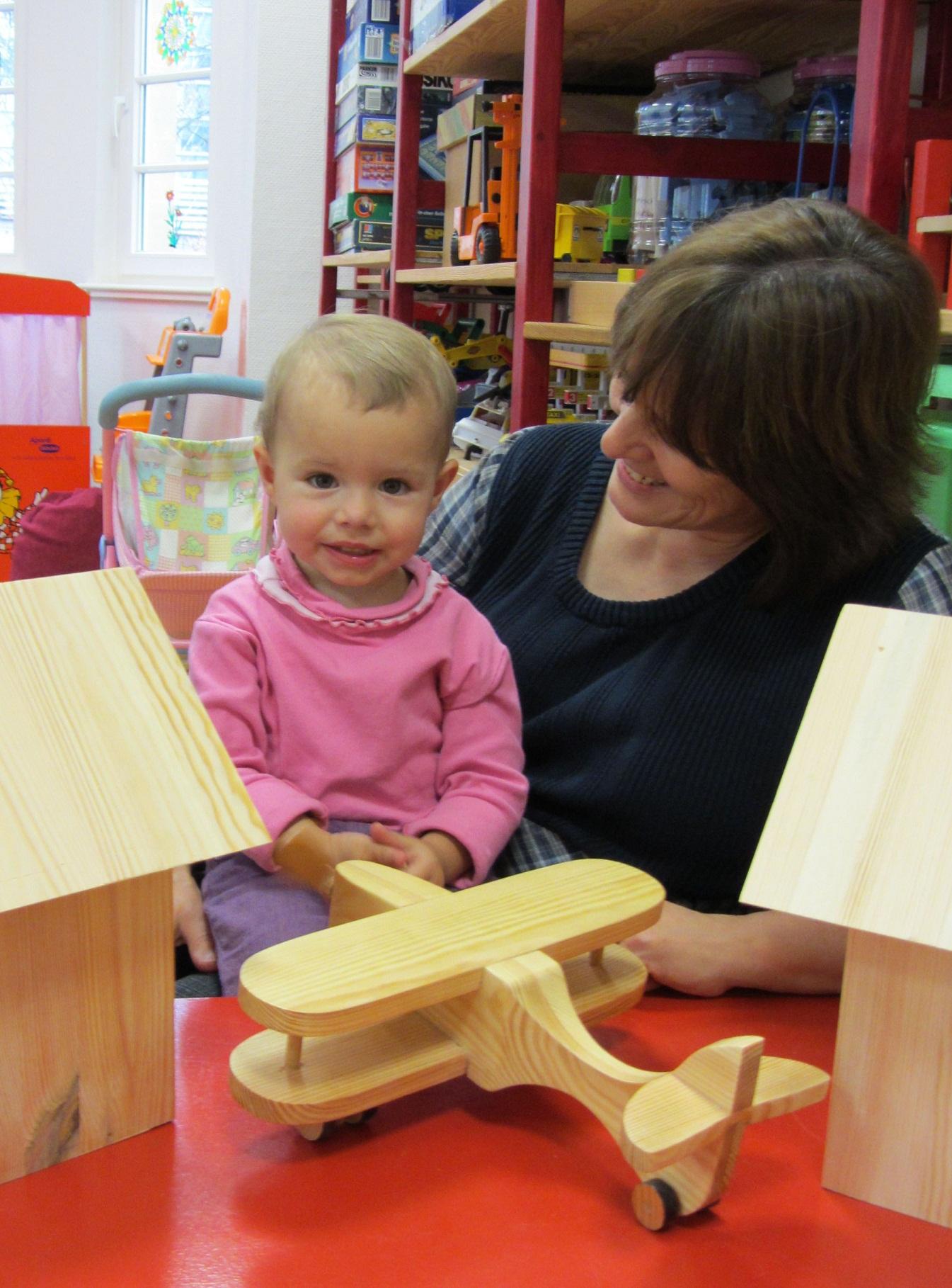 Langzeitarbeitslose bauen spielzeug für krebskranke kinder