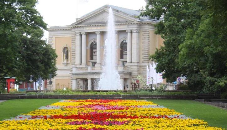 Brunnen am Opernhaus
