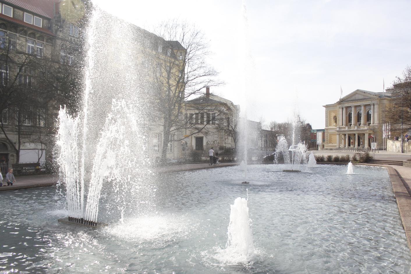 Der Brunnen am Opernhaus sprudelt dank Sponsoren