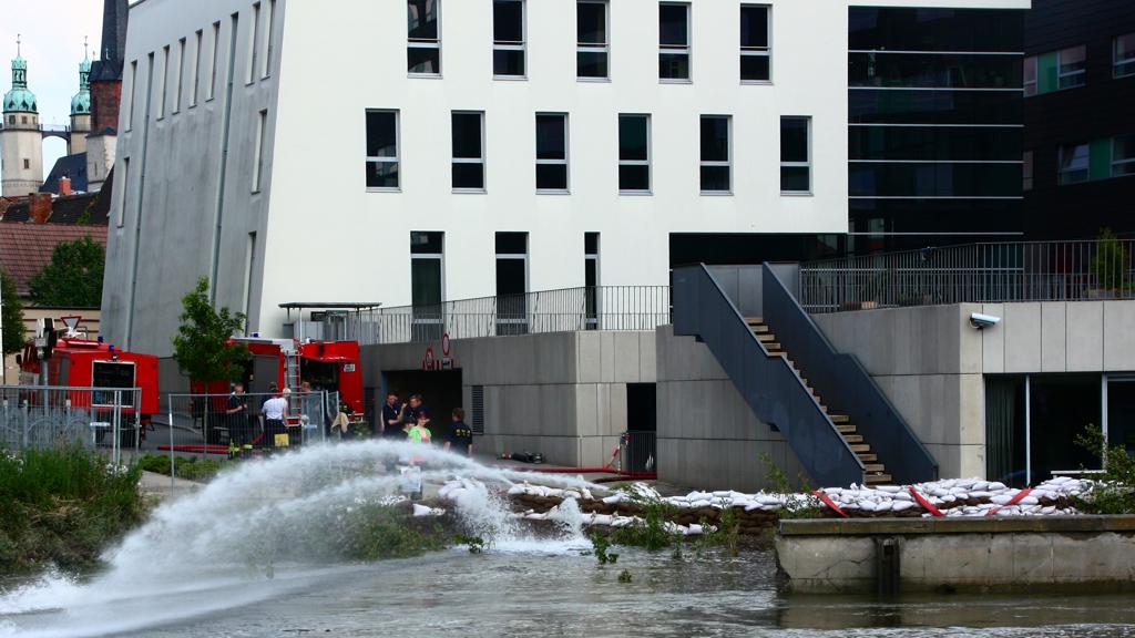 Seit Freitagmittag wird am MMZ wieder gepumpt. Kameraden der Freiwilligen Feuerwehr Halle Neustadt sind vor Ort und haben mit den Aufräumungsarbeiten begonnen.