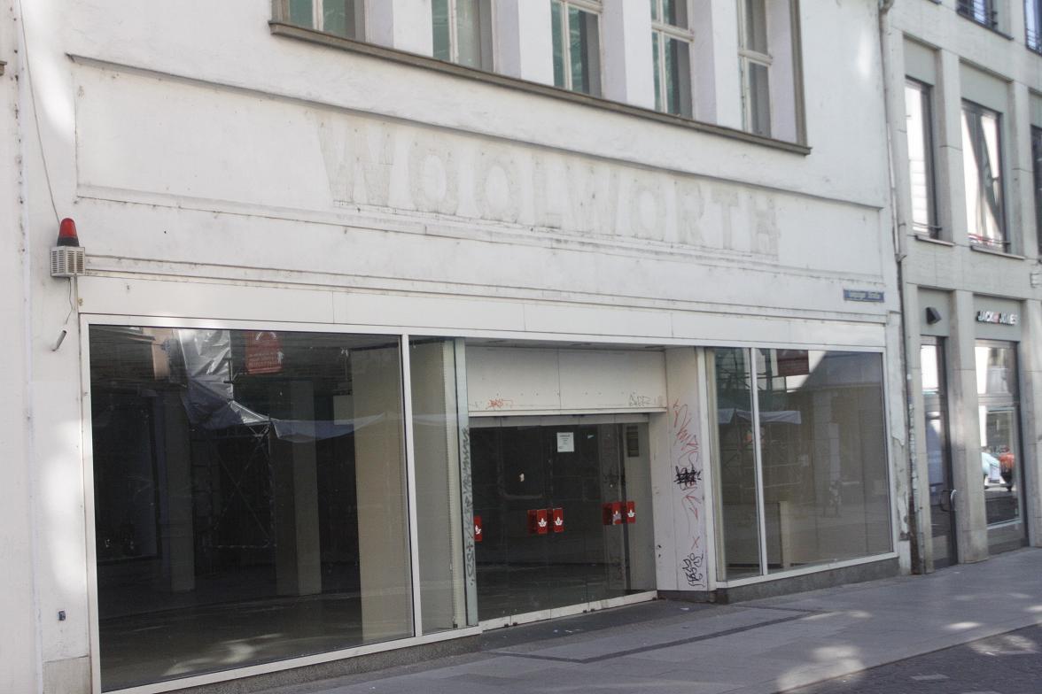 platz f r neues altes woolworth kaufhaus wird f r saturn markt abgerissen. Black Bedroom Furniture Sets. Home Design Ideas