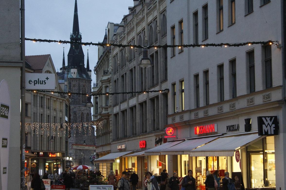 Weihnachtsbeleuchtung Anbringen.Es Weihnachtet Sehr Stadt Lässt Weihnachtsbeleuchtung Anbringen