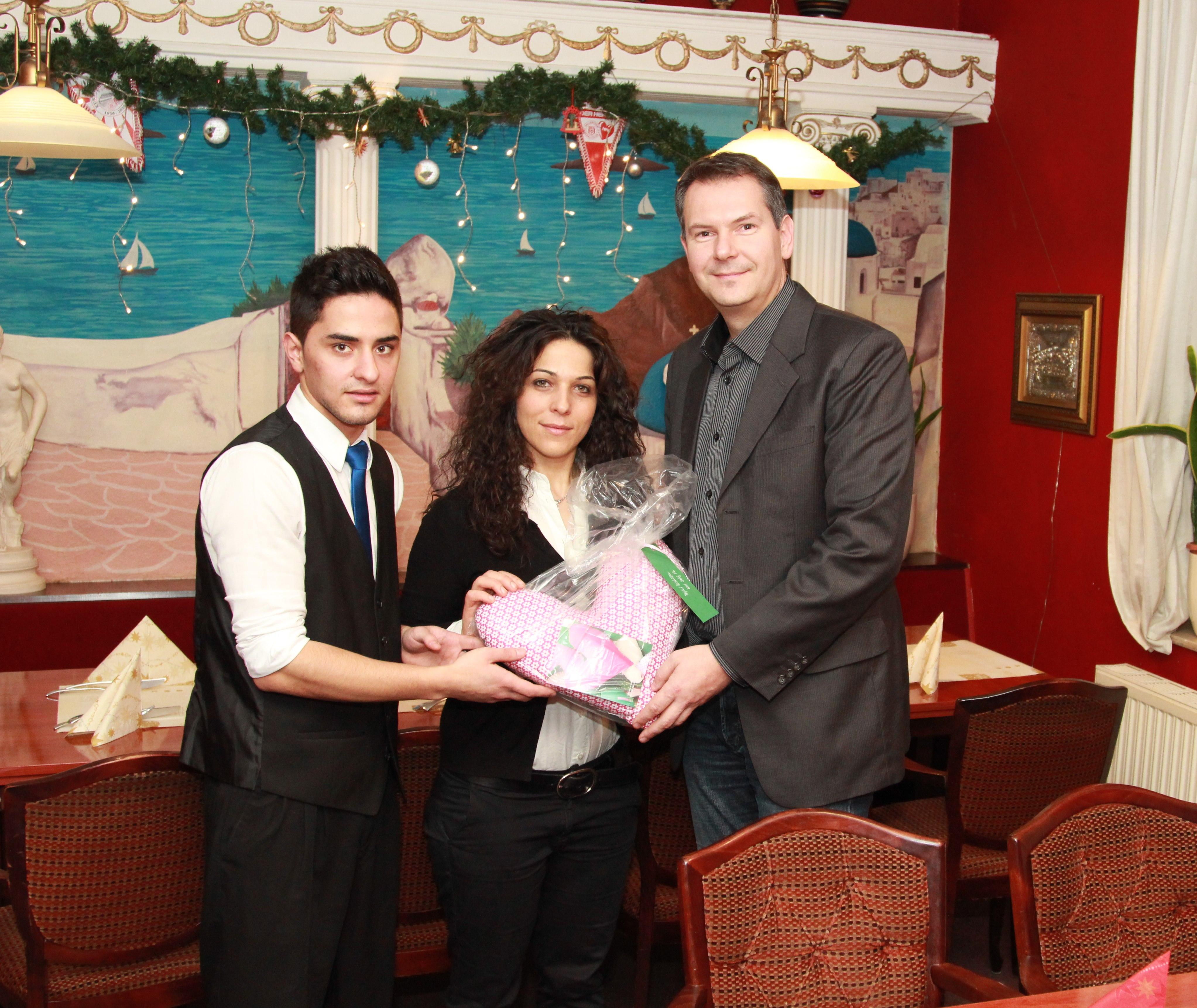 - 2013-12-20-uebergabe-im-restaurant-rhodos-diana-kurti-und-sven-weise