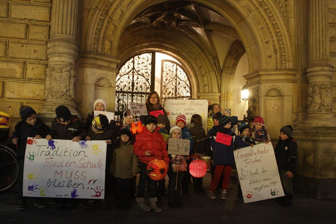 Protese der Grundschule Frieden gegen die Schließung