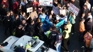 Ordner der Veranstalter und Polizeikräfte lieferten sich kurzzeitig eine Rangelei.
