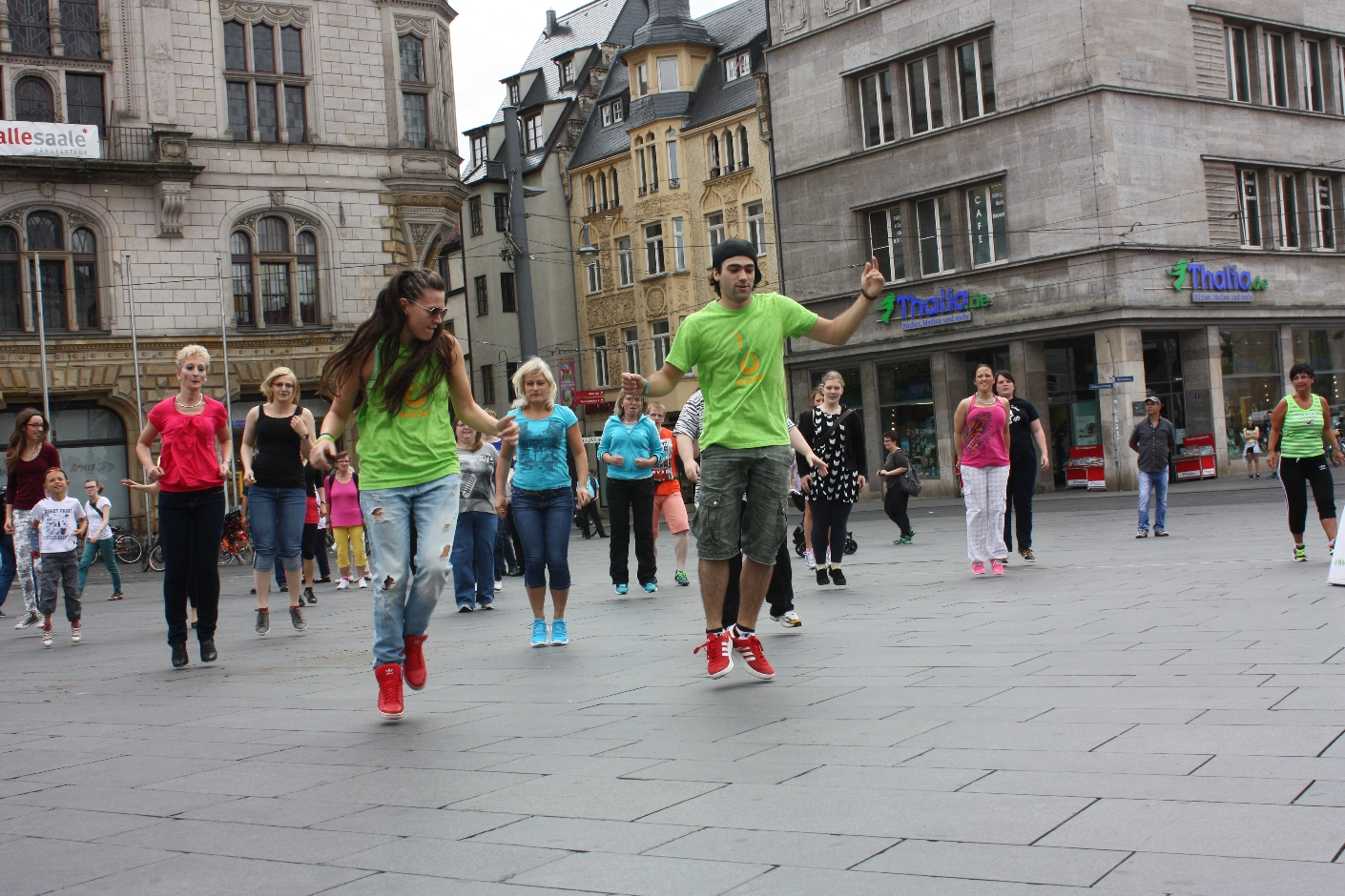 bokwa flashmob sportliches auf dem markt in halle onlinemagazin aus halle. Black Bedroom Furniture Sets. Home Design Ideas