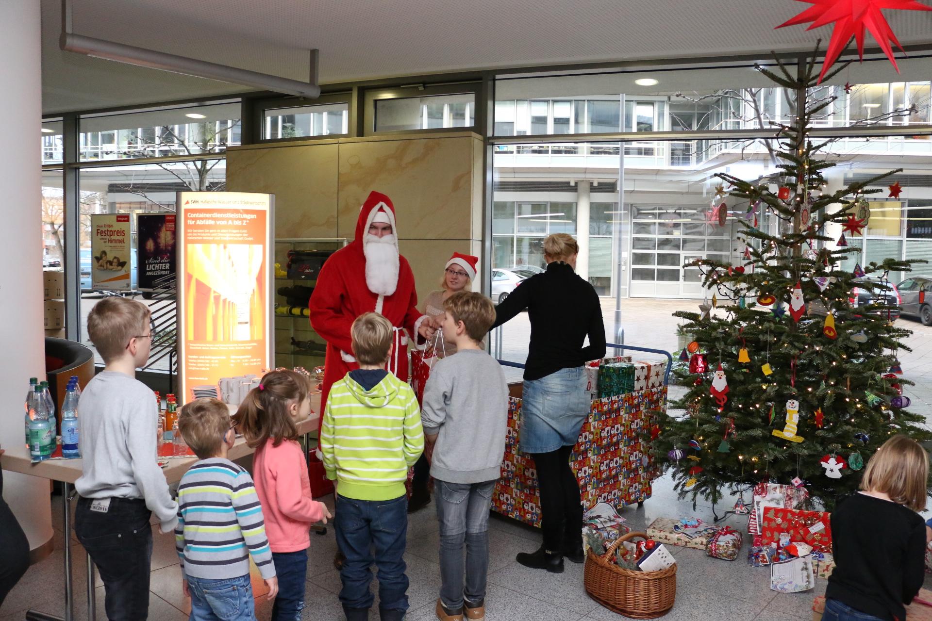 Weihnachtsgeschenke für das Kinderheim Clara Zetkin in Halle ...
