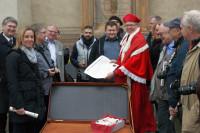 Stefan Voß als Kardinal Albrecht verteilt Ablassbriefe vor der Marktkirche. Foto: Stadtmarketing Halle (Saale) GmbH