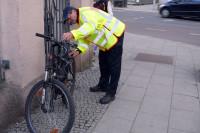 PHK Wilfried Krüger bei der Kontrolle eines Fahrrades. Foto: Polizeirevier Halle