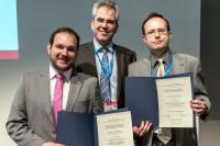 v.l.n.r.: Preisträger Dr. Gustavo Ramos, Prof. Dr. Ulrich Laufs, Preisträger Dr. (russ.) Dr. Andrey Kazakov. Foto: DGK/Thomas Hauss
