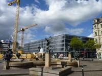 Göbelbrunnen am Hallmarkt, dahinter das neue Finanzamt