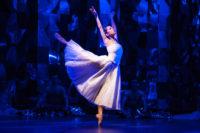 Ayana Kamemoto (Odette), Ensemble des Ballett Rossa. Foto: Anna Kolata