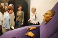Luthers Totenmaske mit Besuchern. Foto: Stadt Halle, Thomas Ziegler