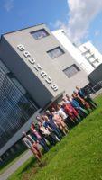 Die grüne Landtagsfraktion u. Mitarbeiter vor dem Bauhaus