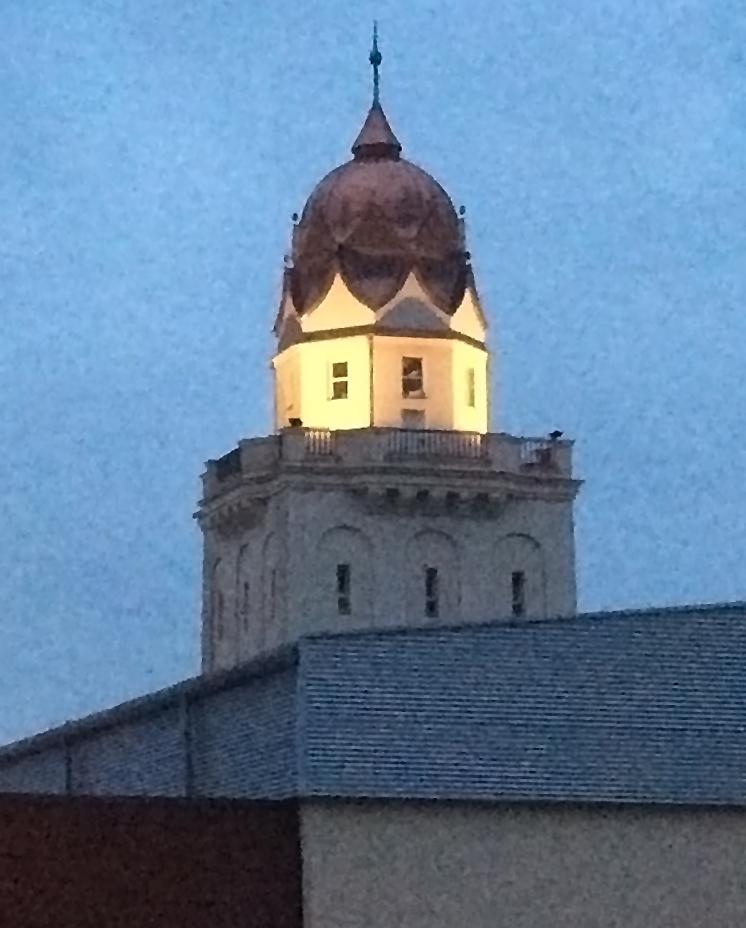 Turm des Stadtbads mit Beleuchtung, Quelle: Stadtwerke Halle GmbH