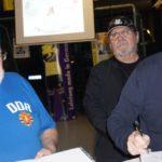 Peter Ducke gibt Autogramme