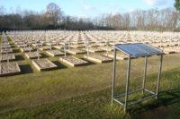 Blick auf dem Ehrenfriedhof und das Gedenkbuch. Foto: Gedänkstätte