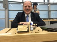 Verkehrsminister Thomas Webel (CDU) bekommt ein Lastfahrrad von den Grünen. Fotoquelle: Grüne Fraktion LSA