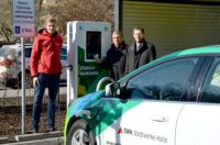 Lutz Haake (rechts) und Prof. Dr. Matthias Krause (Mitte), weihten am 15. Februar 2017 die erste Elektro-Ladesäule der BWG ein. Foto: Stadtwerke Halle GmbH