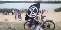 XR bei der Demonstration gegen die Wasserentnahme am Hufi