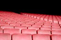 Leere rote Kino- oder Theatersitze